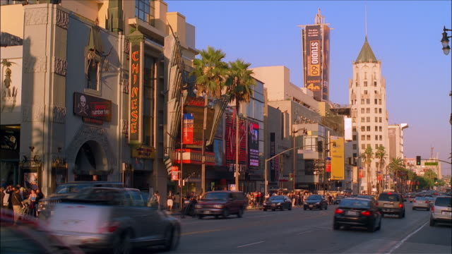 vídeos de stock e filmes b-roll de traffic and buildings along hollywood boulevard with grauman's chinese theater, virgin megastore and the kodak theater in the hollywood and highland complex / hollywood, los angeles, california - the dolby theatre