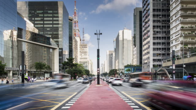 vídeos de stock, filmes e b-roll de tl, ws traffic and cycle lane on avenida paulista / sao paulo, brazil - locais geográficos