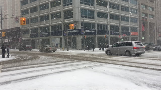 vídeos de stock e filmes b-roll de traffic and everyday lifestyle in university avenue during the day during the snowstorm that hit toronto on january 28, 2019. the polar vortex... - cold temperature