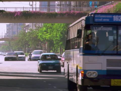 vídeos y material grabado en eventos de stock de traffic and flowery underpass - artbeats