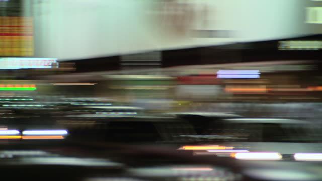 vídeos de stock e filmes b-roll de pan traffic and neons in times square at night / new york city, new york, united states - rasto de movimento