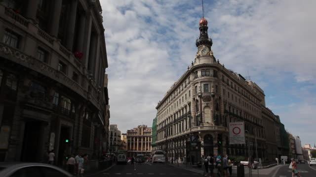 ws traffic and old buildings / madrid, spain - マドリード グランヴィア通り点の映像素材/bロール