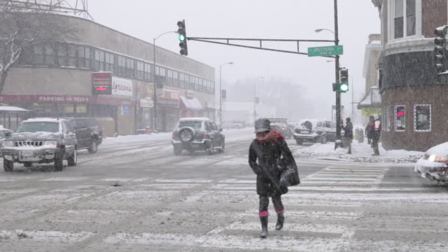 vidéos et rushes de ws traffic and pedestrians in blizzard - frais