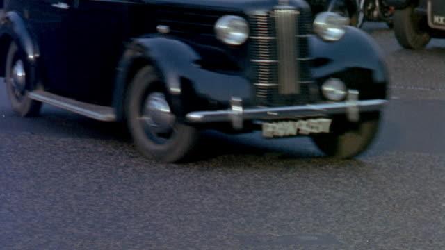 vídeos de stock e filmes b-roll de 1957 la traffic and pedestrians in busy city streets / london, england - 1957