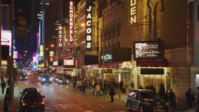 ws traffic and pedestrians mingling in the broadway theater district / new york city, new york, united states - ブロードウェイ点の映像素材/bロール
