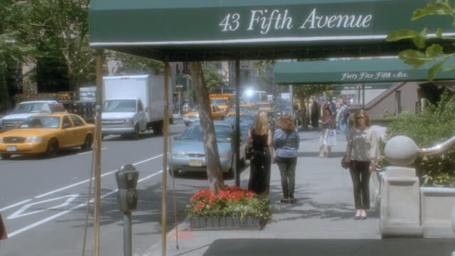 traffic and pedestrians move on new york city's fifth avenue. - western script stock videos & royalty-free footage