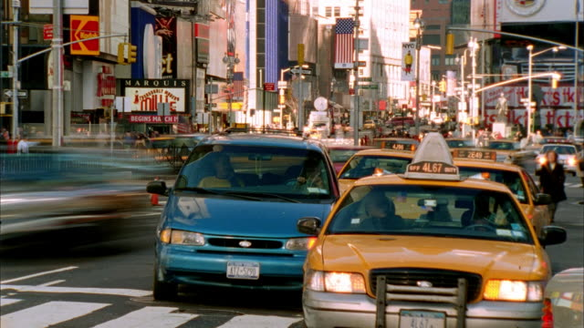tl ws traffic and pedestrians moving along times square street/ new york city - anno 2002 video stock e b–roll