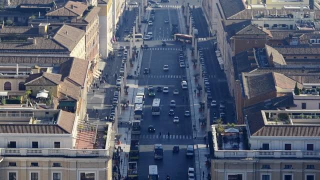 vidéos et rushes de ls t/l tu traffic and pedestrians on a busy avenue - rome italy