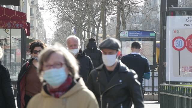 vidéos et rushes de traffic and pedestrians on rue de rennes as france awaits new virus measures, in paris, île-de-france, france, on wednesday, february 24, 2021. - piéton