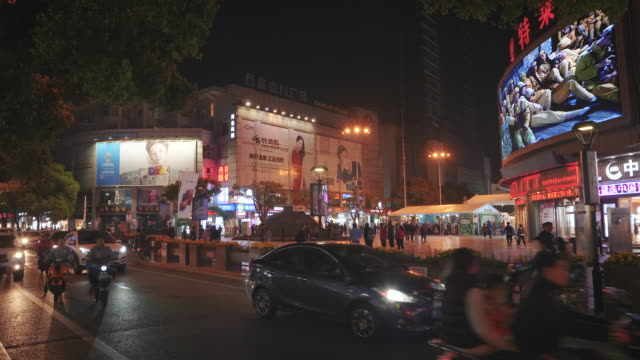 ws traffic and pedestrians on shantang street at night, suzhou, jiangsu province, china - major road bildbanksvideor och videomaterial från bakom kulisserna