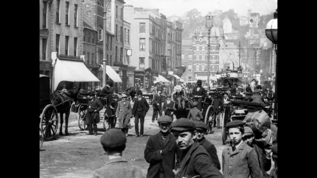 vidéos et rushes de 1902 traffic and pedestrians on st. patrick street, cork - voiture attelée