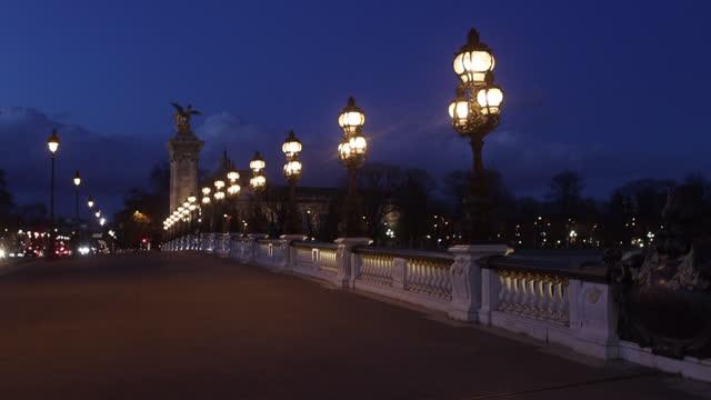 vidéos et rushes de traffic and pedestrians on the alexandre iii bridge - electric lamp