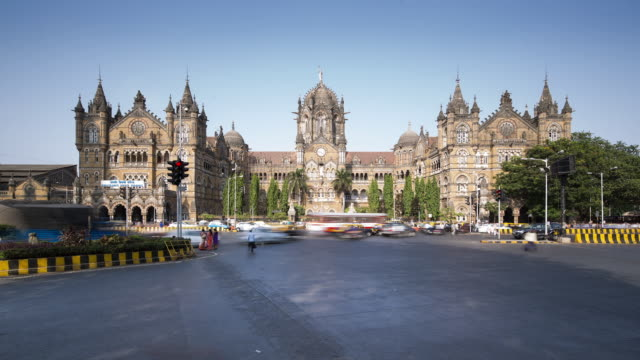 vídeos de stock, filmes e b-roll de tl, ws traffic and pedestrians outside victoria terminus railway station / mumbai, india - time lapse de trânsito