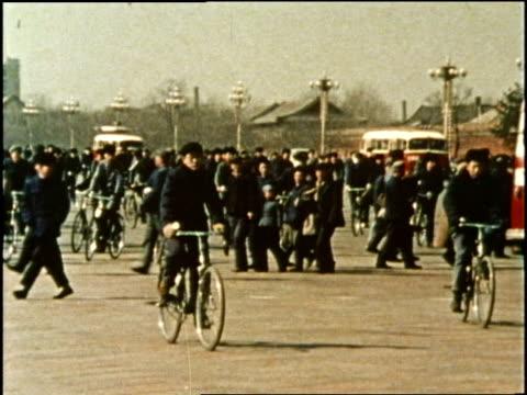 vídeos de stock, filmes e b-roll de traffic and pedestrians pass tiananmen gate and tiananmen square in beijing china - portão da paz celestial de tiananmen