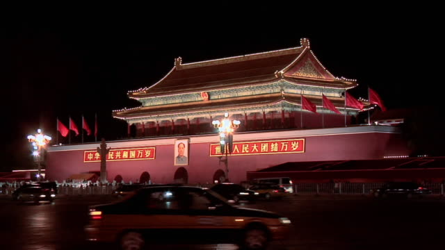 vídeos y material grabado en eventos de stock de ws traffic and pedestrians passing the gate of heavenly peace at night/ beijing, china - puerta de la paz celestial de tiananmen