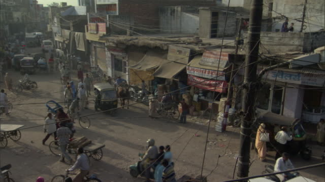 ws ha pan traffic and pedestrians passing through main street, agra, uttar pradesh, india - agra stock videos and b-roll footage
