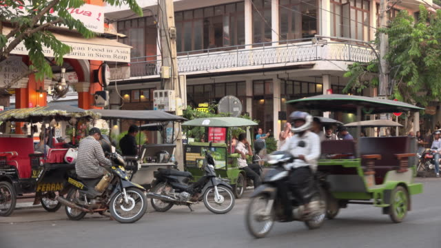 vídeos de stock e filmes b-roll de traffic and people at old market area in downtown siem reap - camboja