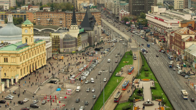 t/l wa ha traffic and people in a busy plaza transition day to night / moscow - moskau stock-videos und b-roll-filmmaterial