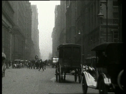 vídeos y material grabado en eventos de stock de b/w traffic and people on city street / chicago 1910 / lasalle and jackson streets / no sound - 1910
