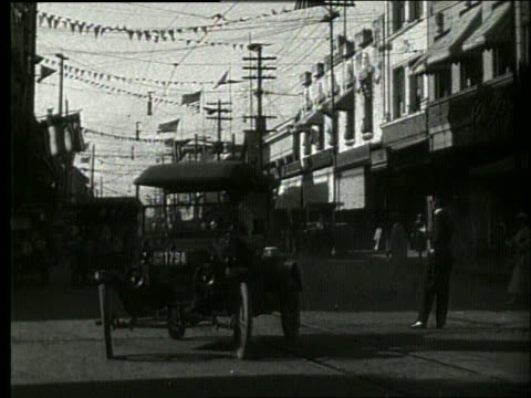 vidéos et rushes de b/w traffic and people on honolulu street / 1919 / no sound - 1910 1919