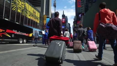 vídeos de stock, filmes e b-roll de traffic and tourists in nyc manhattan times square. - mala de rodinhas