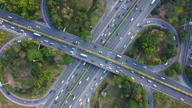 r/t 4k uav トラフィックと陸橋の交通シーン - 囲む点の映像素材/bロール