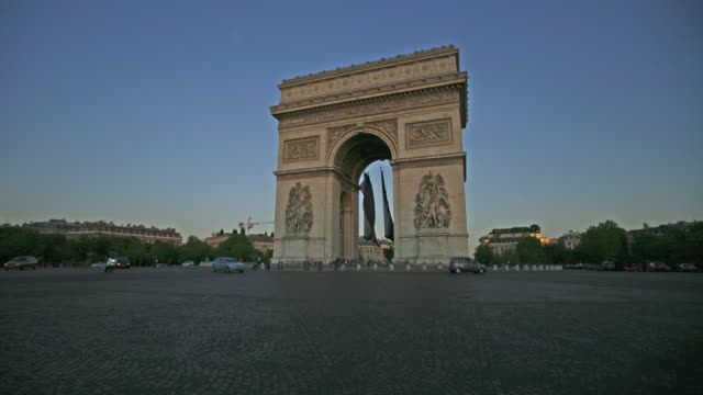 time lapse wide shot traffic around arc de triomphe from day to night, paris, france - arc de triomphe stock videos and b-roll footage