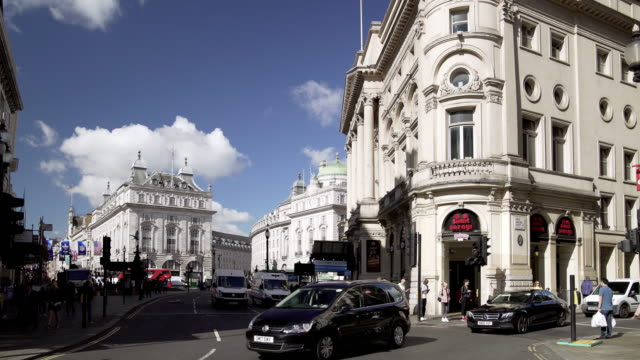 traffic around london piccadilly circus - 線路のポイント点の映像素材/bロール
