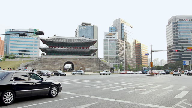 ws t/l traffic around namdaemun gate (first of korea national treasure) / seoul, south korea - besichtigung stock-videos und b-roll-filmmaterial