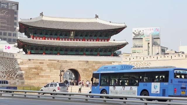 ws traffic around namdaemun gate (first of korea national treasure) / seoul, south korea - besichtigung stock-videos und b-roll-filmmaterial