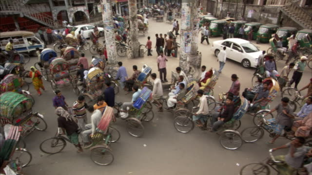 ha, ms, traffic around roundabout in city, dhaka, bangladesh - dhaka stock-videos und b-roll-filmmaterial