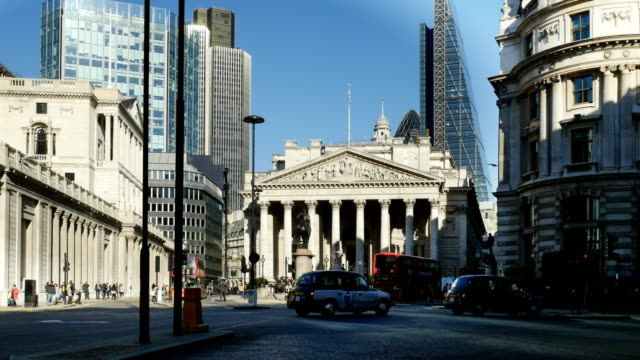 stockvideo's en b-roll-footage met verkeer rond royal exchange in londen city - financieel district