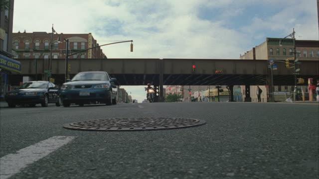 vídeos y material grabado en eventos de stock de ws la traffic at 102nd street and lexington avenue intersection / new york city, new york, usa - tapadera de cloaca
