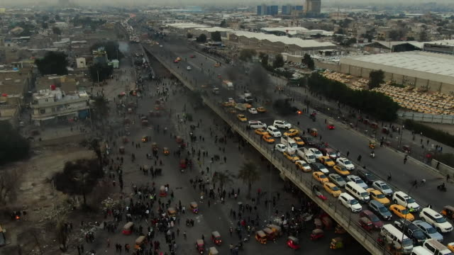 traffic at a standstill in baghdad as young iraqi protesters campaign for a new election and against corruption - demonstrant stock-videos und b-roll-filmmaterial