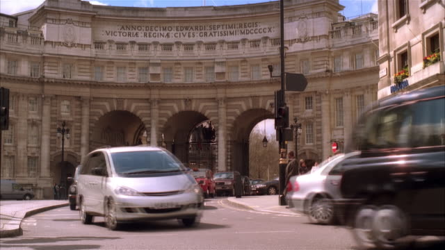 ms, traffic at admiralty arch, london england - lateinische schrift stock-videos und b-roll-filmmaterial
