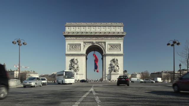 vidéos et rushes de ws traffic at arc de triomphe, paris, france - arc de triomphe paris