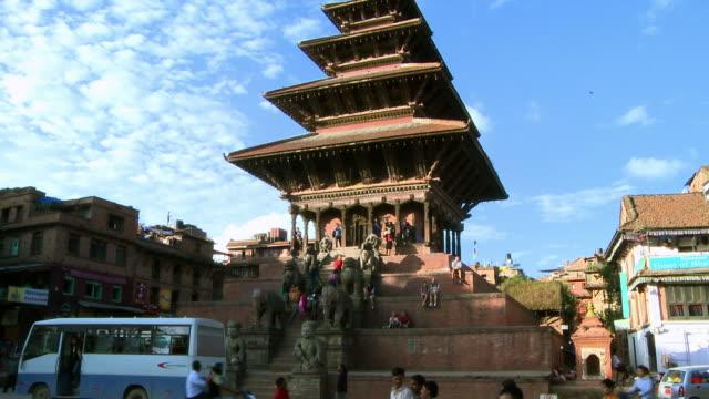 traffic at bhaktapur square in nepal - rappresentazione di animale video stock e b–roll