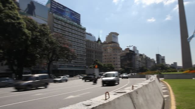 vídeos y material grabado en eventos de stock de traffic at day at the obelisk the obelisco de buenos aires is a national historic monument and icon of buenos aires located in the plaza de la... - obelisco de buenos aires