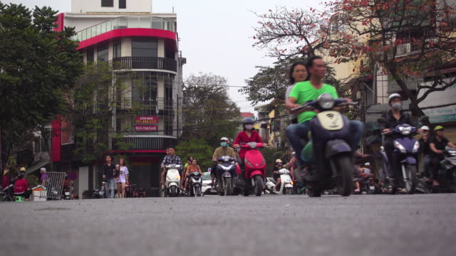 traffic at hanoi vietnam. low angle view. motorbikes and cars - ベトナム点の映像素材/bロール