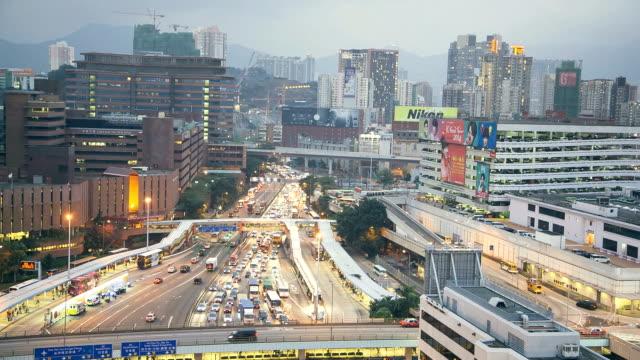 vídeos de stock, filmes e b-roll de semáforo no final da tarde em hong kong - tempo real