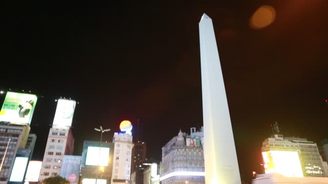 stockvideo's en b-roll-footage met traffic at night at the obelisk. the obelisco de buenos aires is a national historic monument and icon of buenos aires. located in the plaza de la... - obelisk