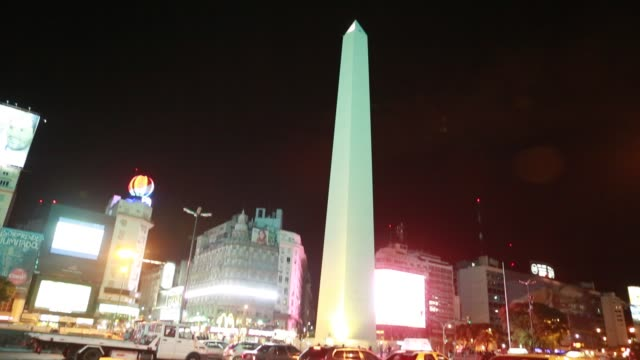 vídeos y material grabado en eventos de stock de traffic at night at the obelisk the obelisco de buenos aires is a national historic monument and icon of buenos aires located in the plaza de la... - obelisco de buenos aires