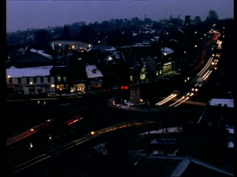 t/l traffic at night, banbury cross - オックスフォードシャー点の映像素材/bロール