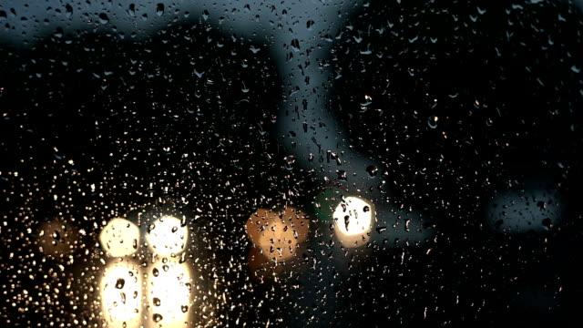 Verkehr in der Nacht während der Regenzeit