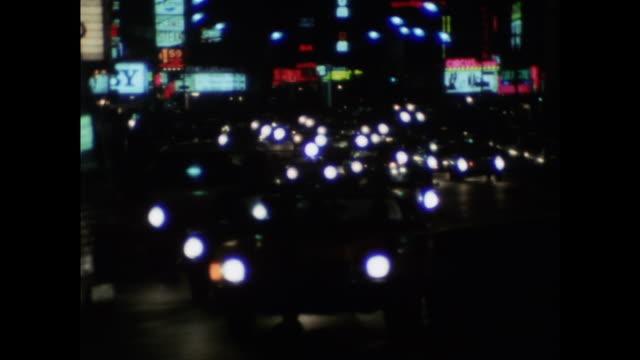 vidéos et rushes de traffic at night in new york city; 1971 - panneau de rue