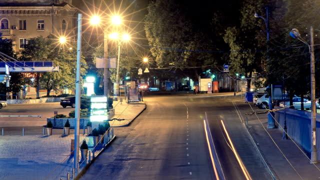 verkehr in der nacht, zeitraffer - trolleybus stock-videos und b-roll-filmmaterial