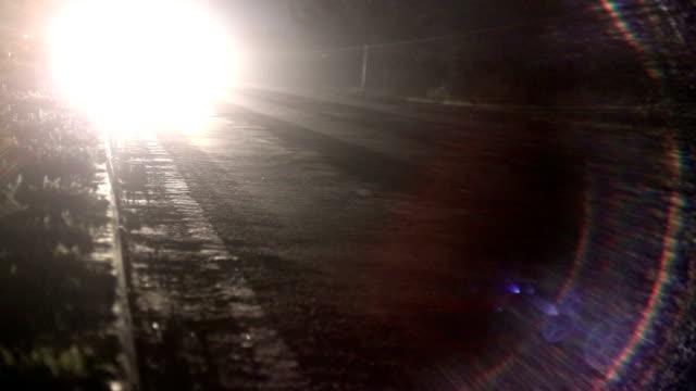 vidéos et rushes de trafic de nuit  - phare avant de véhicule