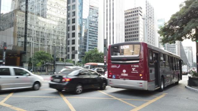 vídeos y material grabado en eventos de stock de el tráfico en la avenida paulista - autobús