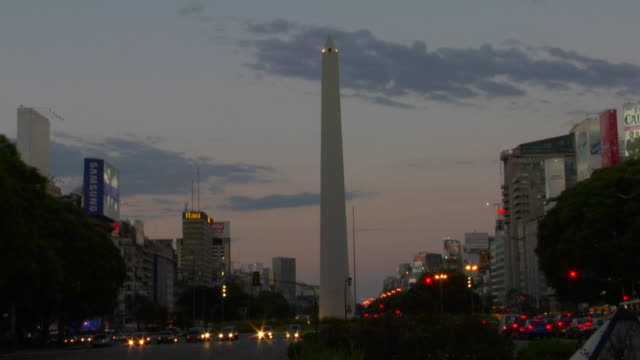 t/l ws traffic at plaza de la republica at dusk, buenos aires, argentina - obelisk von buenos aires stock-videos und b-roll-filmmaterial
