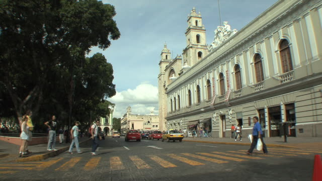 vídeos y material grabado en eventos de stock de ws traffic at plaza mayor with cathedral in background / merida, yucatan, mexico - mérida méxico